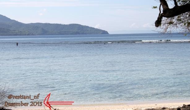 Pantainya landai banget, berenang sampe tengah pun masih bisa kaki nginjek dasar pantai.